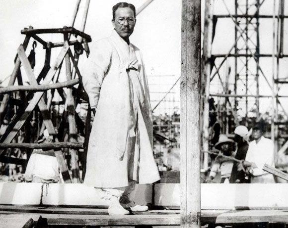 1934년 인촌이 보성전문학교 본관 신축공사장을 둘러보고 있다
