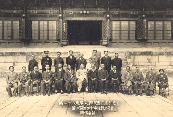 1947년 4월 11일 창덕궁 인정전에서 열린 대한민국임시정부 수립 28주년 기념식. 김구(앞줄 왼쪽에서 여섯 번째), 조소앙(앞줄 왼쪽에서 일곱 번째) 등 임정 요인들과 인촌 김성수(앞줄 왼쪽에서 세 번째)가 함께 앉아있다.'