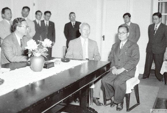 1951년 5월29일 이승만 대통령이 부산 임시수도 관저에서 김성수 신임 부통령 접견 요담을 나누고 있다. (사진제공 국가기록원)
