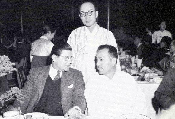 1947년 2월 한 만찬회 석상에서 대화를 나누고 있는 인촌 김성수 선생(오른쪽)과 AP통신원 러셀 브린스. 뒤쪽에 서 있는 사람은 윤치영 선생.
